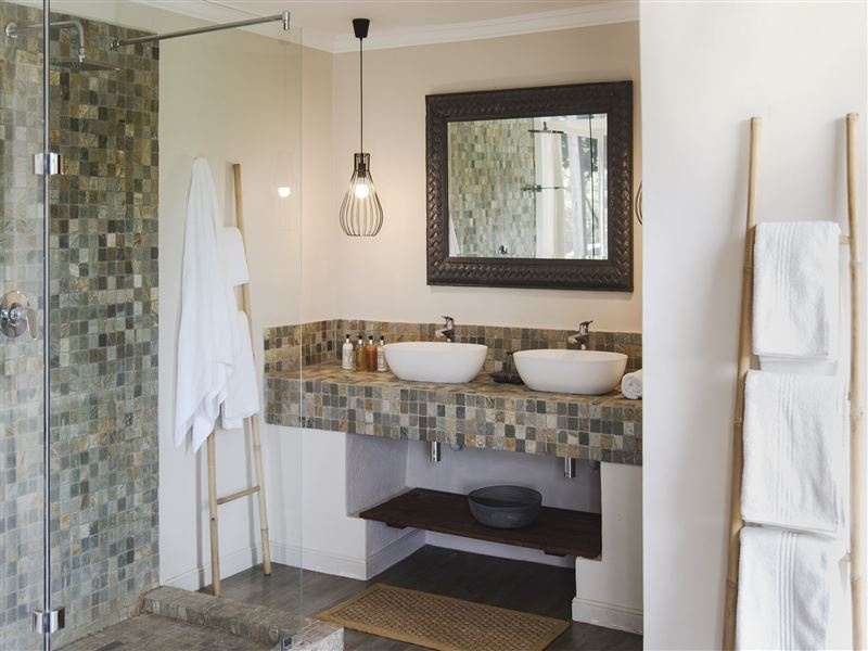 Pembury Tours - Simbavati River Lodge - Timbavati Game Reserve - Kruger National Park - Accommodation -Bathroom 2